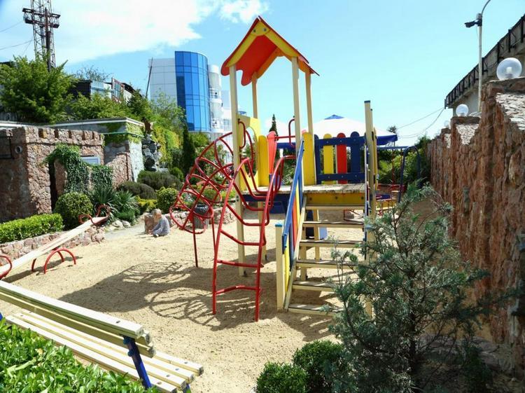 Отель «Маджестик» в Крыму: детская площадка